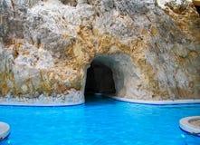 Ba?os termales en la cueva, la piscina, las aguas termales, la relajaci?n y el balneario, ba?o terap?utico, resto, curaci?n fotos de archivo libres de regalías