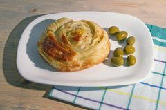 Bałkańska kuchnia Burek - popularny krajowy naczynie Round burek na białym talerzu, nieociosany tło zdjęcie royalty free
