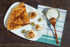 Bałkańska kuchnia Burek z serem Kajmak w małym naczyniu Mieszkanie nieatutowy Ciemny nieociosany tło zdjęcie royalty free