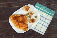 Bałkańska kuchnia Burek z serem Mieszkanie nieatutowy Ciemny nieociosany tło zdjęcia stock