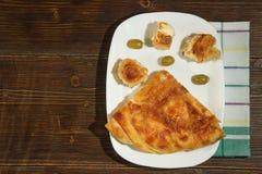Bałkańska kuchnia Burek z serem Mieszkanie nieatutowy Ciemny nieociosany tło Uwalnia przestrzeń dla teksta obraz stock