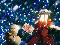 """Bałwan, plakat z tekstów """"Merry bożymi narodzeniami! †, uliczny lampion, czerwony faborek Zdjęcia Stock"""