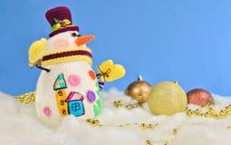 Bałwan w odgórnym kapeluszu szaliku z Bożenarodzeniowymi zabawkami i Fotografia Stock