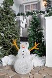 Bałwan w przedpolu Domowy wejście dekorujący dla wakacji Święta dekorują odznaczenie domowych świeżych pomysłów girlanda jedlinow Obrazy Royalty Free