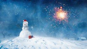 Bałwan z teraźniejszość przy zimy nocą Zdjęcia Stock