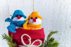 Bałwany wsiadają drewnianego Bożenarodzeniowego zima mokietu duet Fotografia Stock