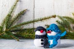 Bałwany wsiadają drewnianego Bożenarodzeniowego zima mokietu duet Obrazy Royalty Free