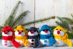 Bałwany wsiadają drewnianej Bożenarodzeniowej zima mokietu drużyny rodziny Fotografia Stock