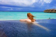 ba海洋池俏丽的妇女年轻人 库存图片