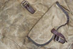 与口袋, Ba的被风化的军事军队卡其色的伪装织品 库存图片