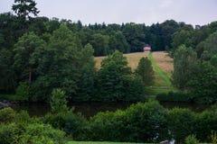 BA¤renseee湖看法有道路的向小红色小屋在森林 免版税库存图片