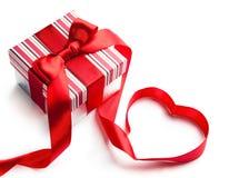 Ba rosso di bianco del cuore del nastro del contenitore di regalo Immagine Stock