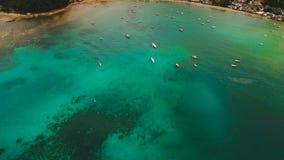 A baía bonita com barcos Silhueta do homem de negócio Cowering vídeos de arquivo