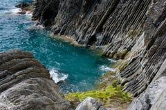 Baía rochosa pequena Vernazza próximo, Itália Imagens de Stock Royalty Free