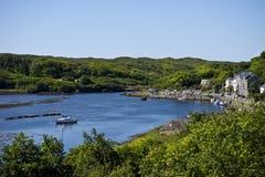 Baai en dorp van Clifden, Ierland Stock Afbeelding
