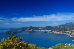 Baai en stad Bergen en groene bomen Stock Foto