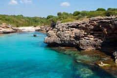 Baai en transparante Middellandse Zee, Majorca Stock Afbeeldingen