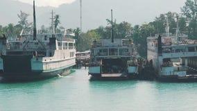 Baai met de toeristenboten stock videobeelden