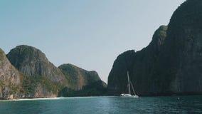 Baai met een boot onder de rotsen stock videobeelden
