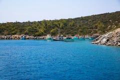 Baai met kristal blauw water van Mideterranean-overzees Egeïsch Turkije, Bodrum royalty-vrije stock afbeelding