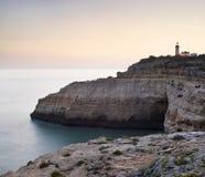 Baai tussen rotsen en vuurtoren stock foto