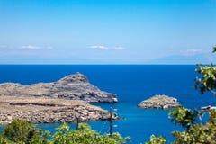 Baai van de kust van Lindos op het eiland van Rhodos, Griekenland stock foto's