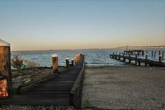 Baai van de oostelijke kust van St.Louis met een boothelling in de voorgrond en de brug zoals terug gemalen stock afbeeldingen