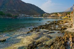 Baai van Gerolimenas-dorp in Mani, Griekenland stock afbeelding