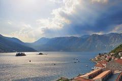 Baai van Kotor van klokketoren van kerk van St Nikola binnen van Perast, Montenegro Stock Foto