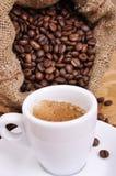 Baal van koffiebonen met rammelkast royalty-vrije stock fotografie