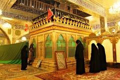 Baalbek; 5 de marzo 2011; Mujeres que ruegan en capilla del khawla de Saida en Baalbek en Líbano Imagen de archivo libre de regalías