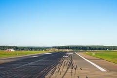 Baan met sporen van rubberwielen van de vliegtuigen vrij voor starts en landing bij de luchthaven royalty-vrije stock afbeelding