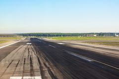 Baan met sporen van rubberwielen van de vliegtuigen vrij voor starts en landing bij de luchthaven royalty-vrije stock foto's