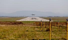 Baan van luchthaven Het vliegtuig gaat van start Verscheidene zoeklichten in de voorgrond voor nachtverlichting Luchtvaart en ver stock afbeelding