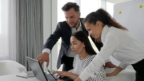 Baan van medewerkers bij ideeën de bedrijfsontwikkeling in bureauruimte, groepswerk van zakenlui op laptop in bestuurskamer,