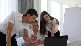 Baan van medewerkers op laptop bij ideeën de bedrijfsontwikkeling in bureauruimte stock footage