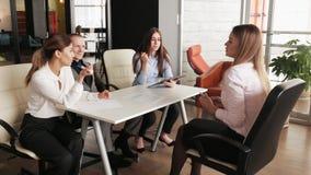 Baangesprek - de zakenman luistert aan kandidaatantwoorden stock video