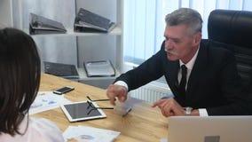 Baangesprek - gelukkige recruiter het schudden hand met kandidaat stock footage