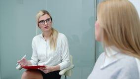 Baangesprek met u-specialist in groot bedrijf voor aanvragende vrouw stock videobeelden