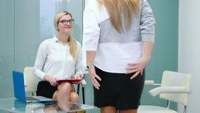 Baangesprek met u-specialist in groot bedrijf voor aanvragende vrouw stock footage