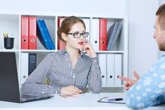 Baangesprek - recruiter die vragen stellen Jonge vrouwelijke chef- besprekingen met werkzoekende Royalty-vrije Stock Foto's
