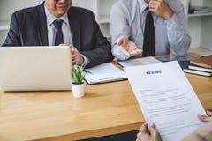 Baangesprek, Twee de manager die van de selectiecommissie vragen stellen aan kandidaat over het werkgeschiedenis, onderhoudsdroom royalty-vrije stock afbeelding