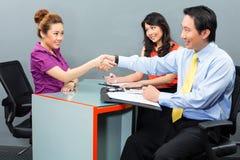 Baangesprek voor een nieuwe werkgelegenheid of huur in Aziatisch bureau stock afbeeldingen