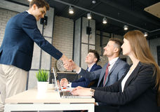 Baankandidaat die gesprek hebben Handdruk terwijl baan het interviewen royalty-vrije stock foto