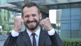 Baardzakenman Celebrating Success Gesture in Offcie stock videobeelden