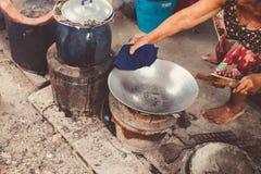 Babć ręk domowej roboty tradycyjna kulinarna fachowa umiejętność w głębokiego dłoniaka rocznika żelaza starej niecce w domu zdjęcia royalty free