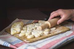 Babć ręki przy kulinarnym vareniki z chałupa serem Zdjęcie Royalty Free