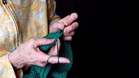 Babć ręki szydełkują zieloną przędzę Zbliżenie klamerka starszy kobiety działanie zbiory