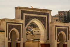 Bab Bou Jeloud port (den blåa porten) som lokaliseras på Fez, Marocko Royaltyfri Fotografi