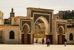 Bab Bou Jeloud port (den blåa porten) som lokaliseras på Fez, Marocko Royaltyfri Foto